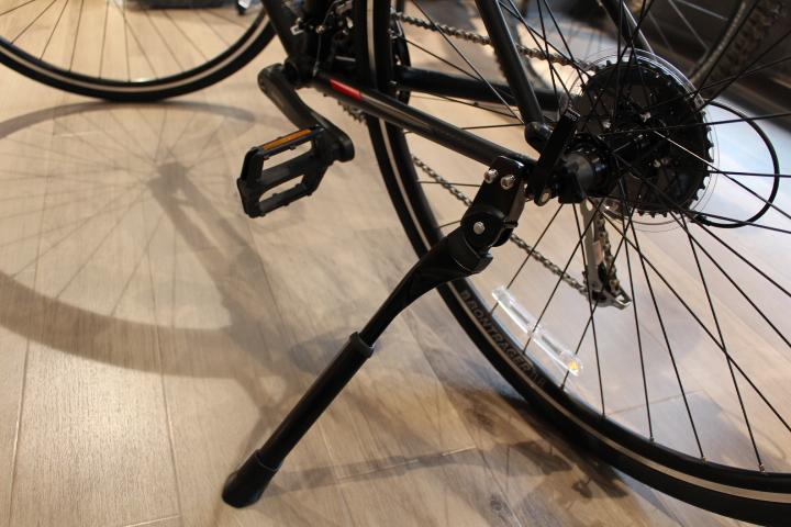 クロスバイク定番のキックスタンド。専用品でスマートに取り付け可能。